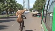 Карането на велосипед само с една ръка е трудно? Виж това!