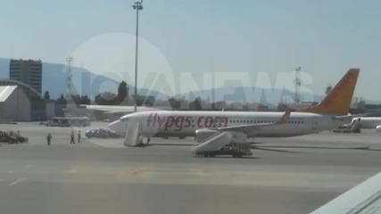 Самолет на турска авиолиния кацна аварийно на Летище София (любителски кадри)