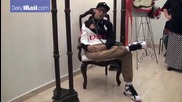 Мъртвец седи на стол на собственото си погребение - с отворени очи и цигара в ръка