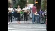 Момичета Се Събличат На Улицата