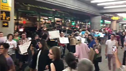 USA: Hundreds gather at NYC airport to welcome children separated from parents