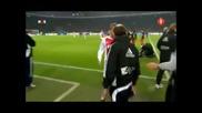 Футболист захапа противник !