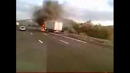 Горящ Камион Във Франция