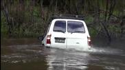 Австралиец преминава дълбока река с 4 × 4 Toyota Land Cruiser