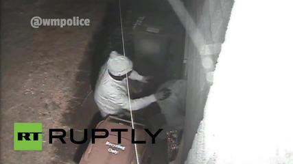 Английската полиция издирва въоръжен мъж и съучастници за проникването в къща в Бирмингам