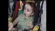 (смях) Не сте виждали толкова гладно бебе
