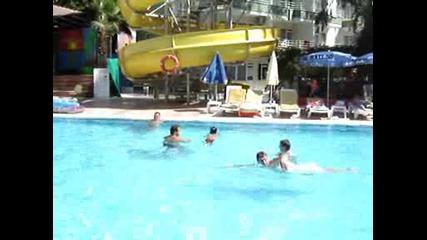 Коко Плува В Басейн В Турция