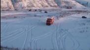 Руски шофьор с Камаз в щура снежна пързалка!