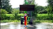 Убиецът Клоун се залива с ледена вода!
