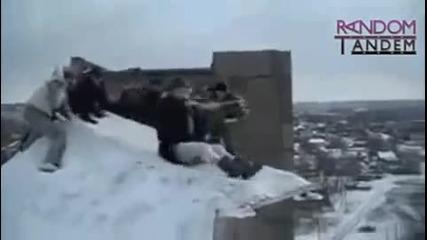 Луди деца скачат от сграда