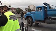 Камион надвисна над тунела на Лъвов мост
