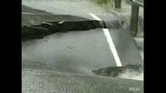 Наводнениe река Унищожава мост за няколко в минути