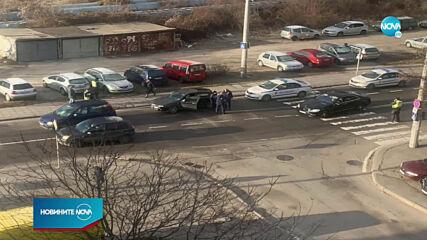 Кола блъсна майка и дете на пешеходна пътека в София