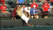 Фен пада от публиката по време на бейзболен мач