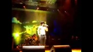 Slash нападнат по време на изпълнение на сцена в Италия
