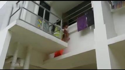 Малко дете за малко да падне от балкона докато не се случи това..