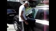Оригинален начин да влезете в колата, ако сте забравили ключовете вътре.
