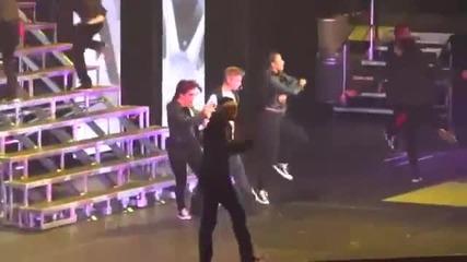 Джъстин повърна, докато изпълняваше песента Out of town girl - # Believe Tour (29.09.12)
