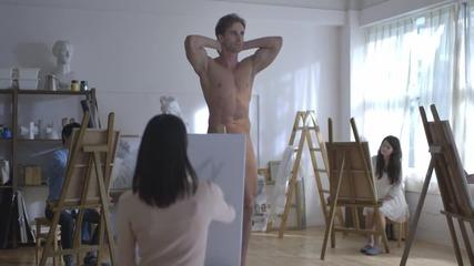 Какво вижда жена докато рисува гол мъж