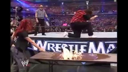 Острието прави копие на Мик Фули през горяща маса