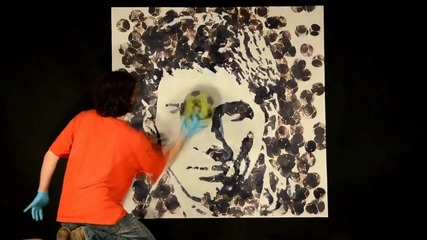 Художник рисува лицето на Меси с топка