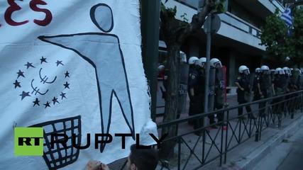 Офиси на ЕС в Гърция са атакувани с цветни бомби от ляворадикални протестиращи