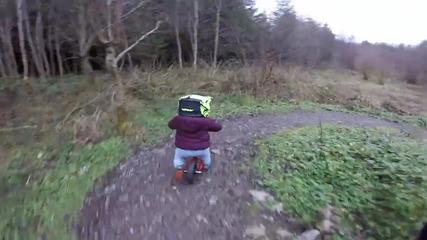 Дете се учи да кара колело в планината
