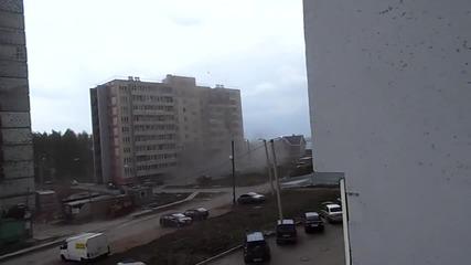 Строителен кран пада върху жилищен блок