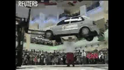Човек Вдига Автомобил С Главата Си
