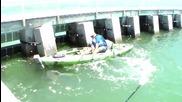 Рибар с каяк се изненадва когато вижда рибата