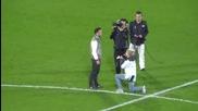 Мъж бяга от предложение за брак на футболен стадион