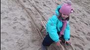 Пързаляне С Шейна По Пясъка.забавление на макс