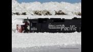Влак затъва в огромна пряспа