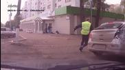 Полицай Принуждава Цивилна Кола Да Се Включи В Преследване