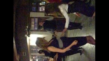 Танци след нужното подпийване... :)