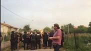 """Разгневени хора нахлуха в ромската махала в """"Орландовци"""", има ранени (ЧАСТ 2)"""
