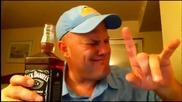 Изумително! Мъж изпива цяла бутилка уиски на екс!