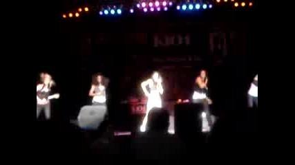 Момичета Танцуват