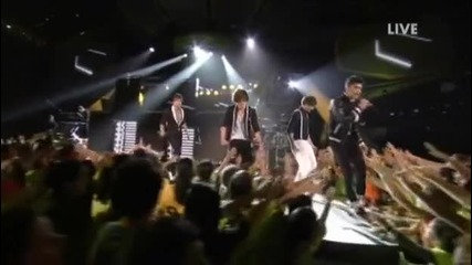 One Direction изпълняват What Makes You Beautiful на Kids Choice Awards 2012