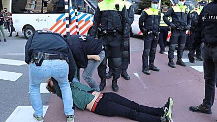 Netherlands: Police arrest Extinction Rebellion activists at Amsterdam protest