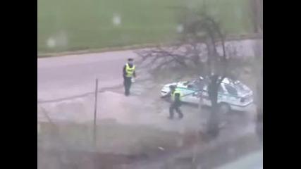 Смях!!! Полицаи си играят по време на работа!!!