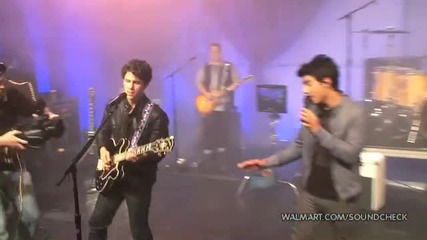 Jonas Brothers - Burnin Up (2010 Walmart Soundcheck)
