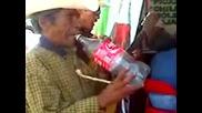 Мексиканец свири на пластмасова бутилка