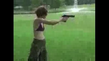 Момиче Стреля С Desert Eagle