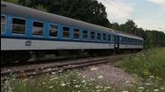 Луд младеж скача пред движещ се влак