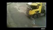 kamion blyska tir pri zavoj