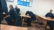 Майтап с младши пожарникари докато спят много смях