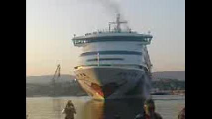 200-метровия кораб Aida Аura във Варна