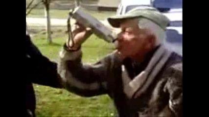 Полицаи карат пиян старец да надува дрегера