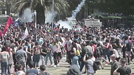 Chile: Police use water cannons and tear gas on large crowds